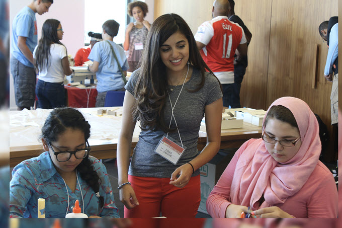 Photo young female engineer mentoring girls