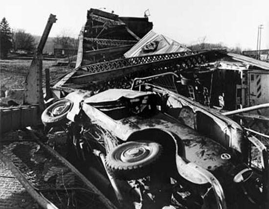 photo of automobile wreckage
