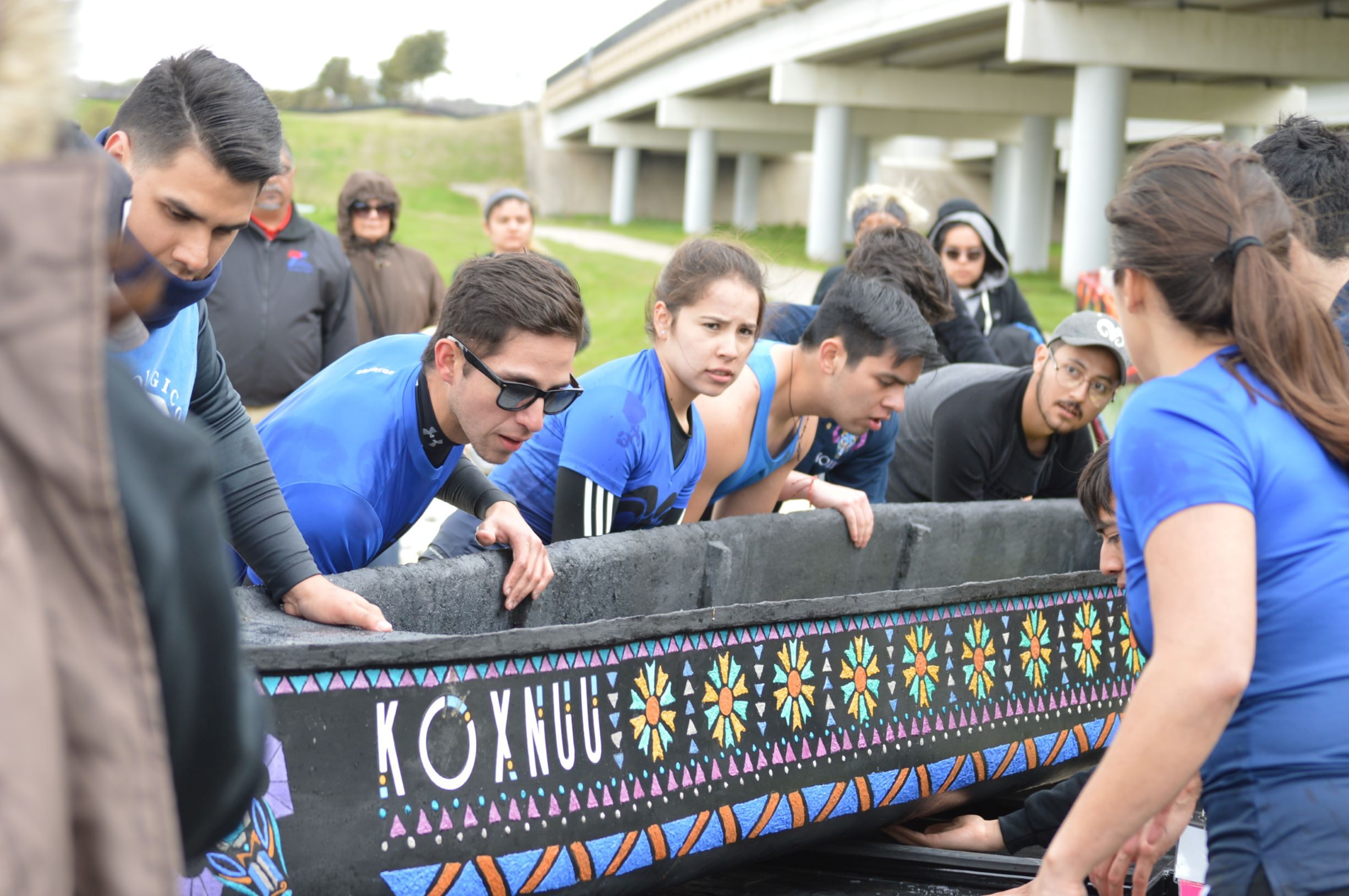 photo of the Tec de Monterrey team with its canoe