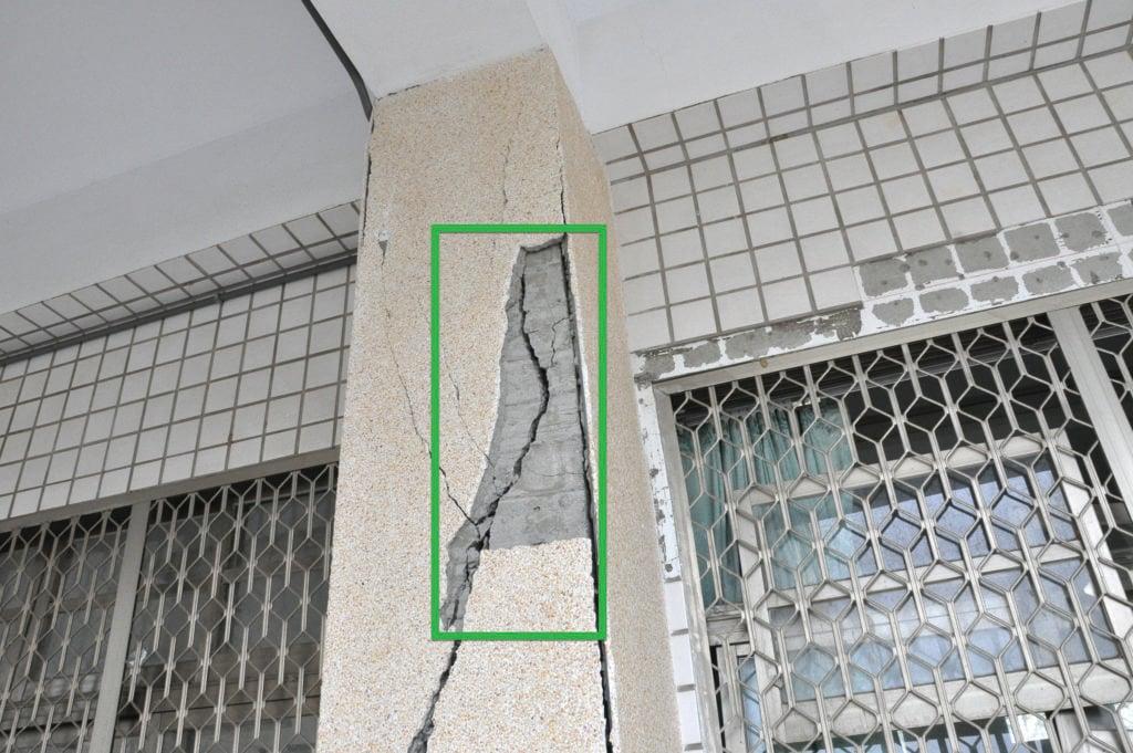 photo showing earthquake damage to a building concrete column